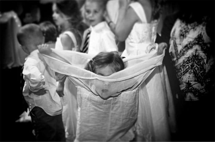 девочка прячется в платье