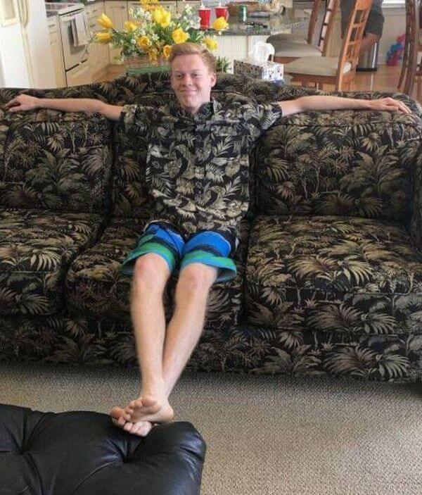 парень сидит на диване