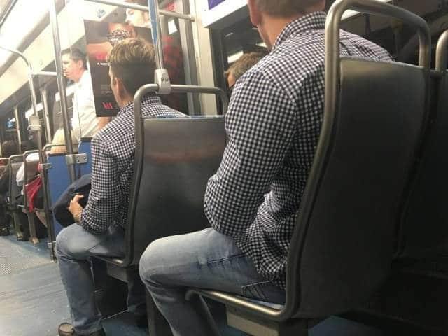 мужчины в одинаковых рубашках