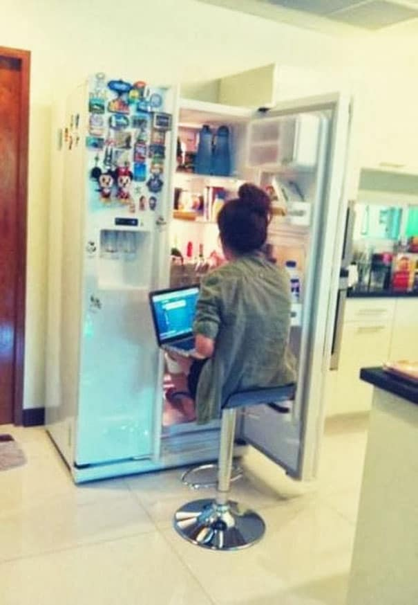 девочка сидит перед холодильником