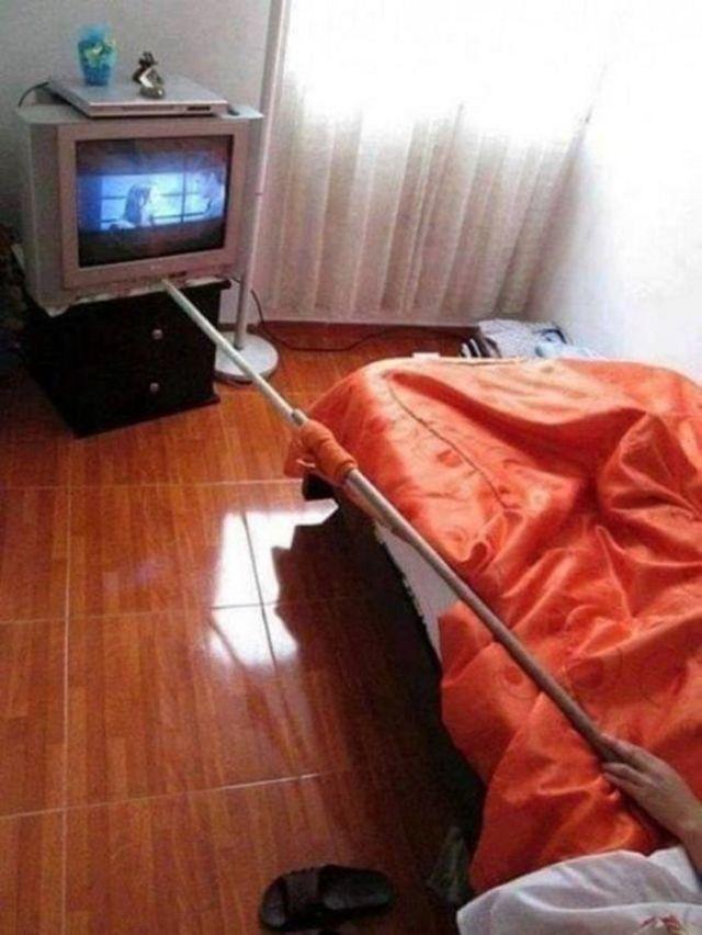 человек переключает каналы на телевизоре