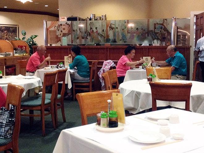 парочки ужинают в ресторане