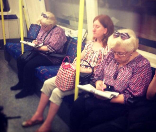 женщины в одинаковых блузках