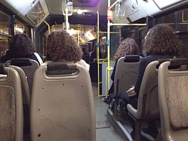 кучерявые люди в автобусе