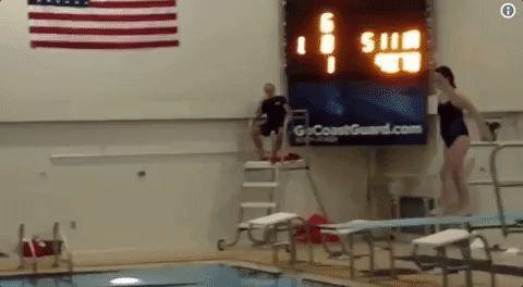девушка прыгает с трамплина в бассейн