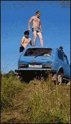 парень прыгает с машины в воду