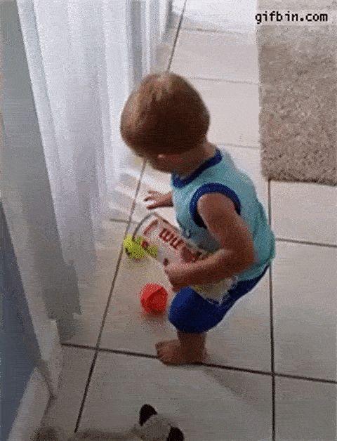 ребенок собирает мячики