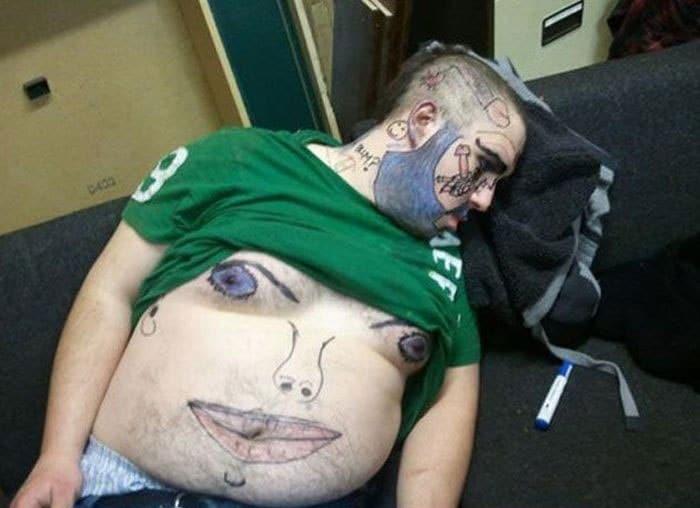 парень заснул на диване