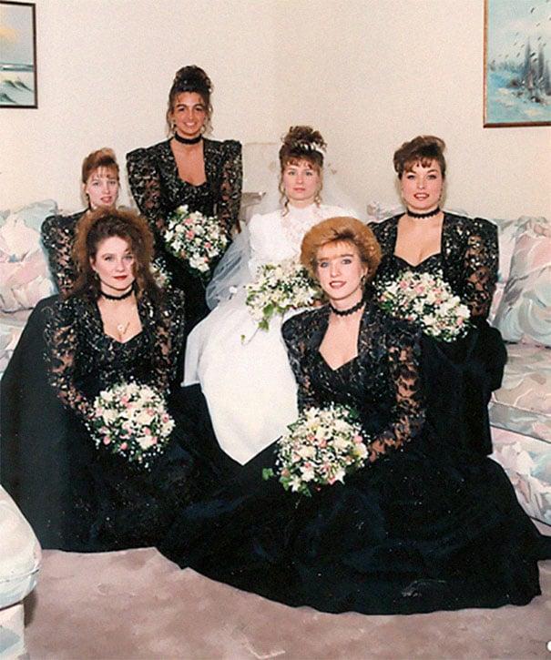 подружки невесты в черных платьях с невестой
