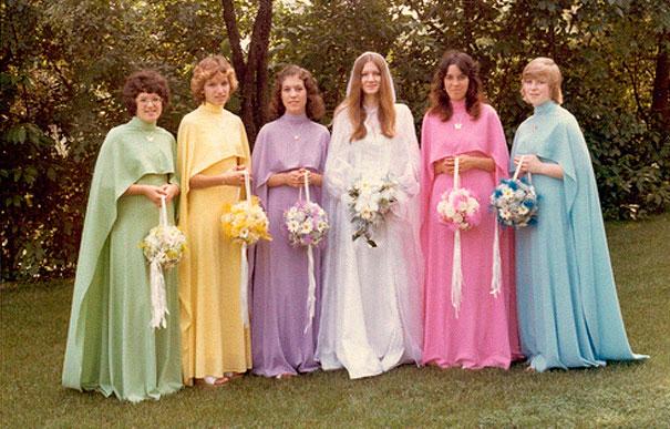 подружки невесты в разноцветных платьях