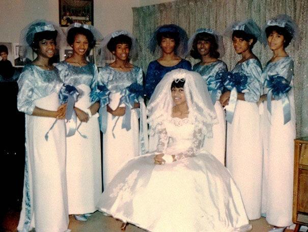 подружки невесты в бело-голубых платьях и невеста