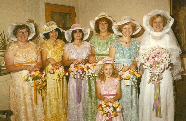 подружки невесты в цветных платьях со шляпами