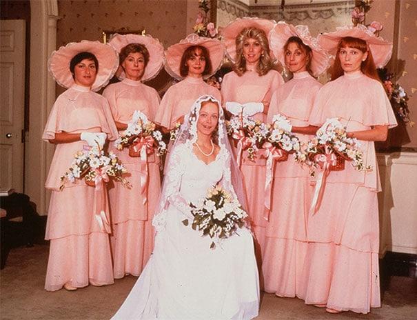подружки невесты в розовых платьях со шляпой