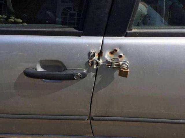 закрытая дверь авто замком