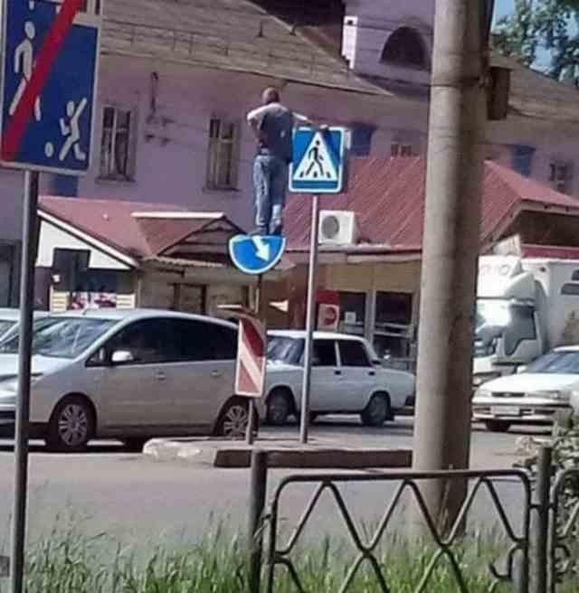 мужчина стоит на знаке