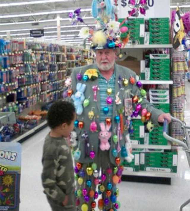мужчина в игрушках