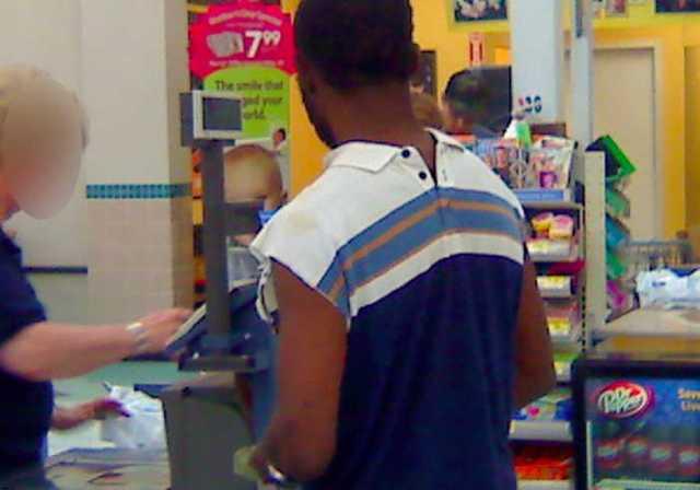 чернокожий парень в супермаркете