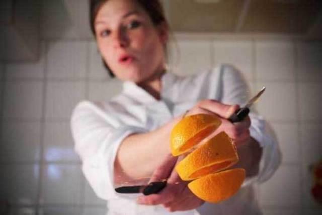 повар разрезал апельсин