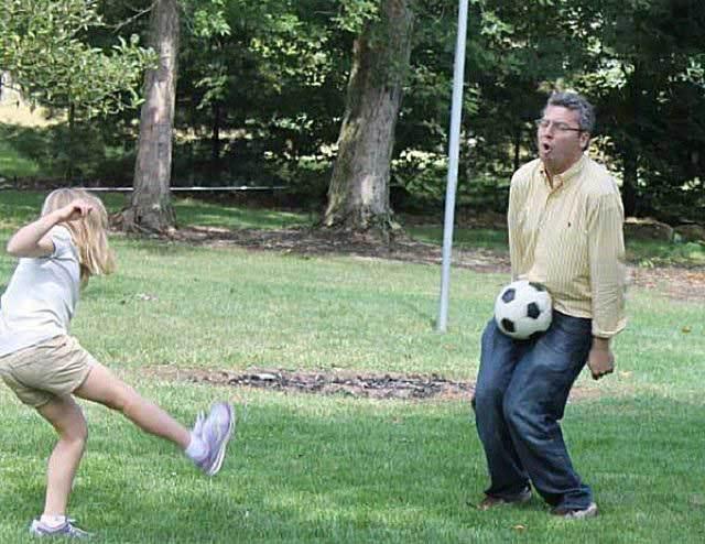 девочка бьет по мячу
