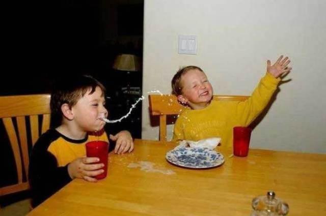 мальчики сидят за столом с едой