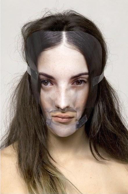 брюнетка с вырезанным из журнала лицом