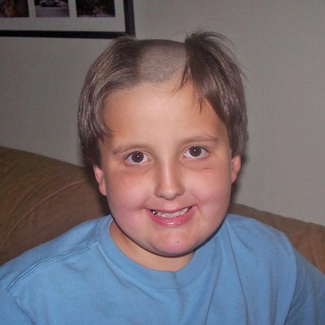 мальчик с выбритой посередине головой