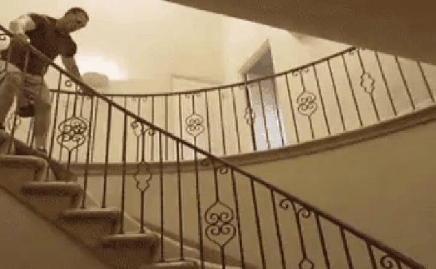 мужчина падает на лестнице