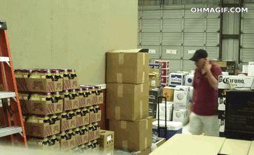 мужчина выпрыгнул из коробки