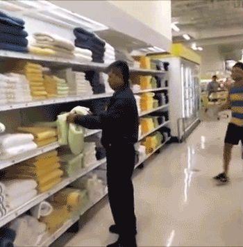 мужчина испугался в магазине