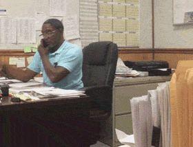 чернокожий мужчина в офисе