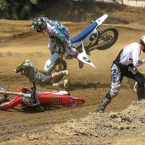 мотоциклист падает на землю