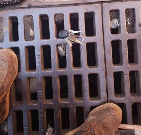 ключи упали на решетку