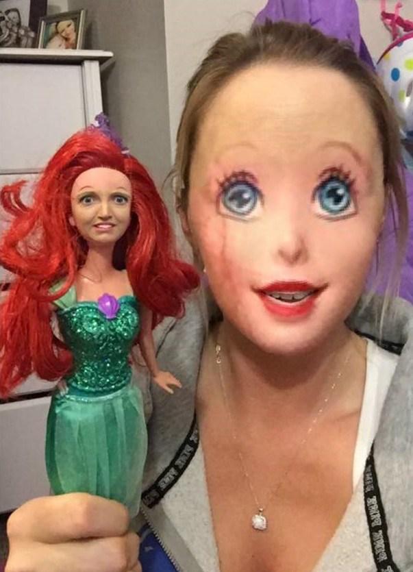 девушка с куклой барби