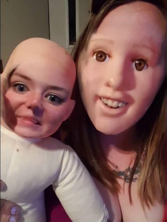 девушка с куклой