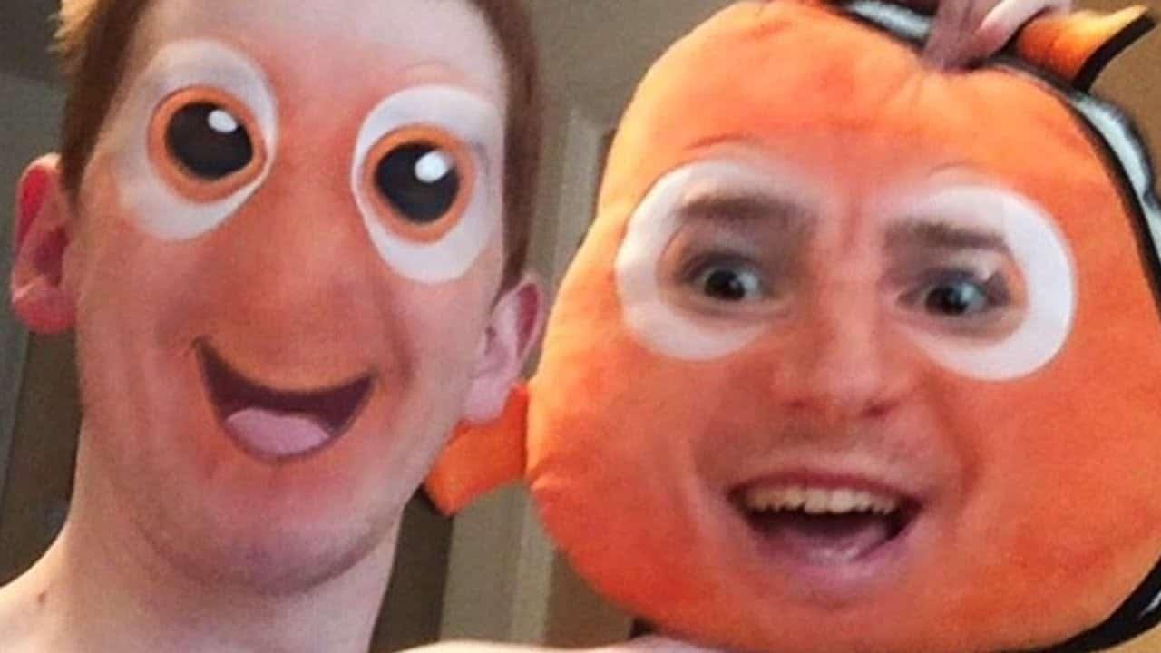 парень и игрушечная рыбка немо