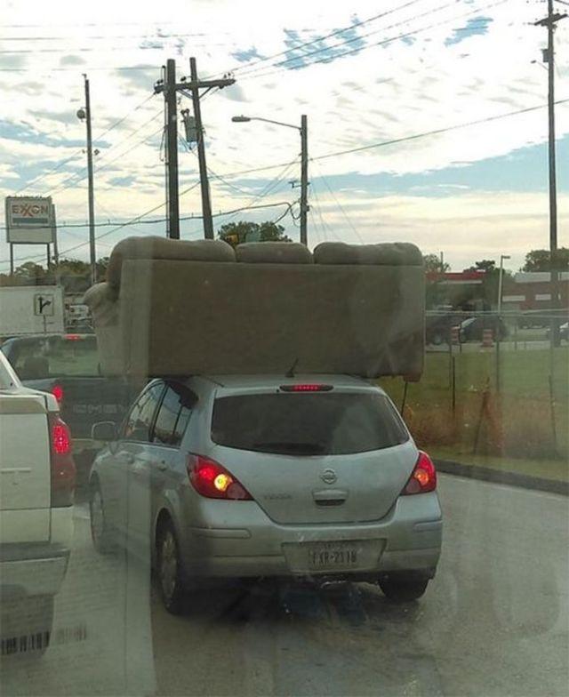 диван на крыше автомобиля