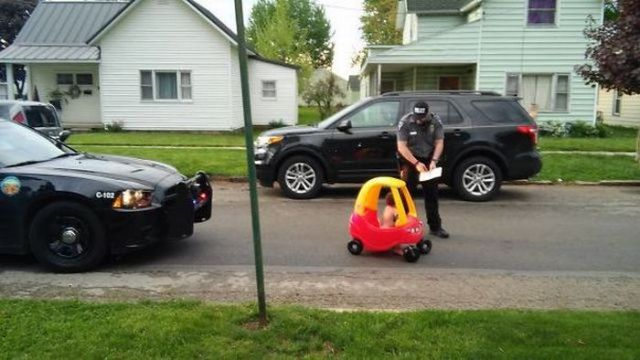 полицейский остановил игрушечную машину