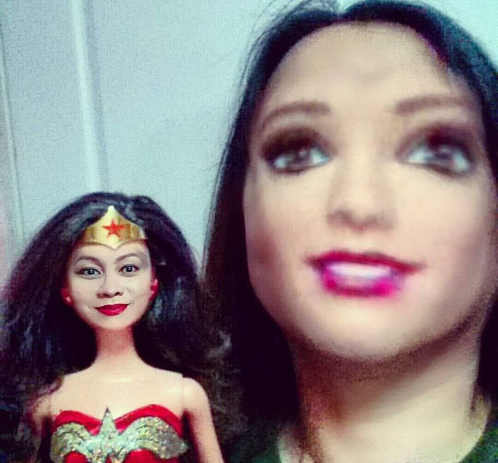 брюнетка с куклой