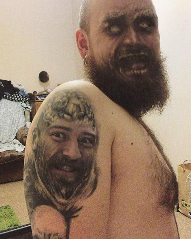 бородатый мужчина с татуировкой