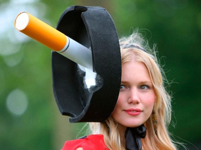 блондинка в шляпе в форме пепельницы