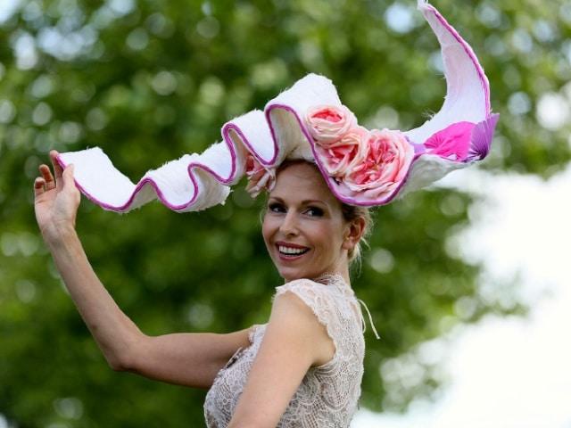 женщина в шляпе с розами