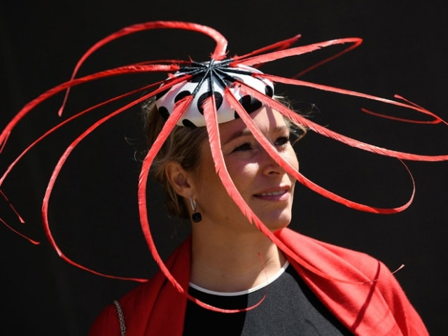 девушка в странной шляпе