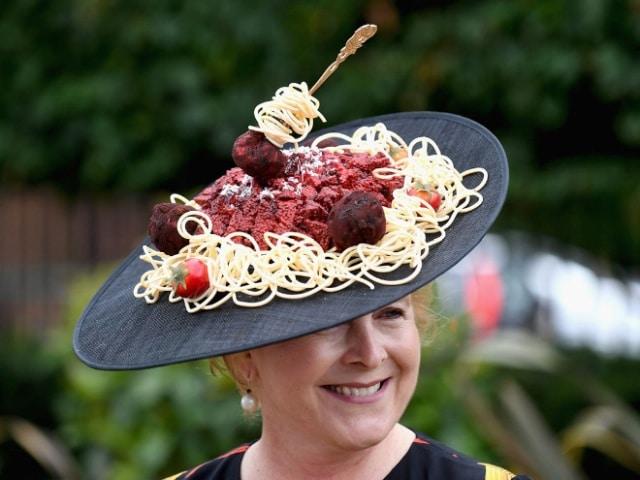 женщина в шляпе со спагетти