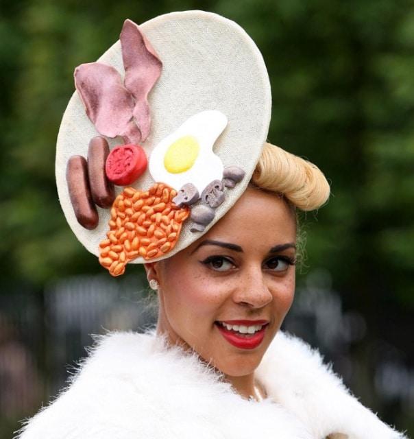 девушка в шляпке с беконом и яичницей