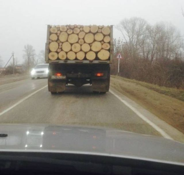 грузовик с бревнами