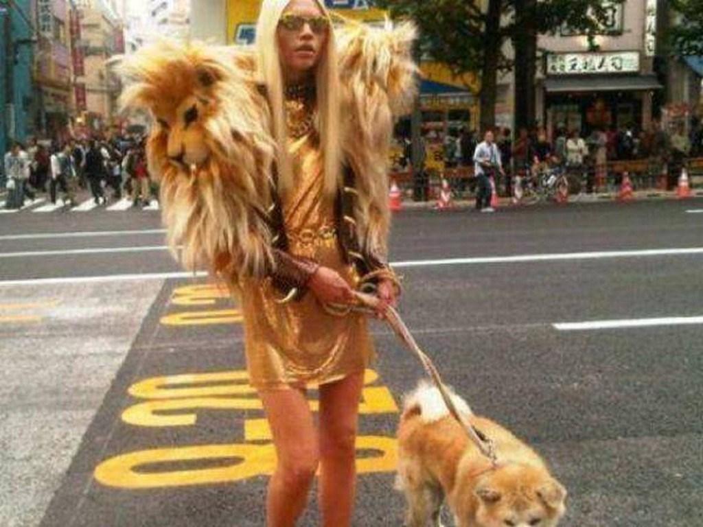 блондинка с собакой на улице