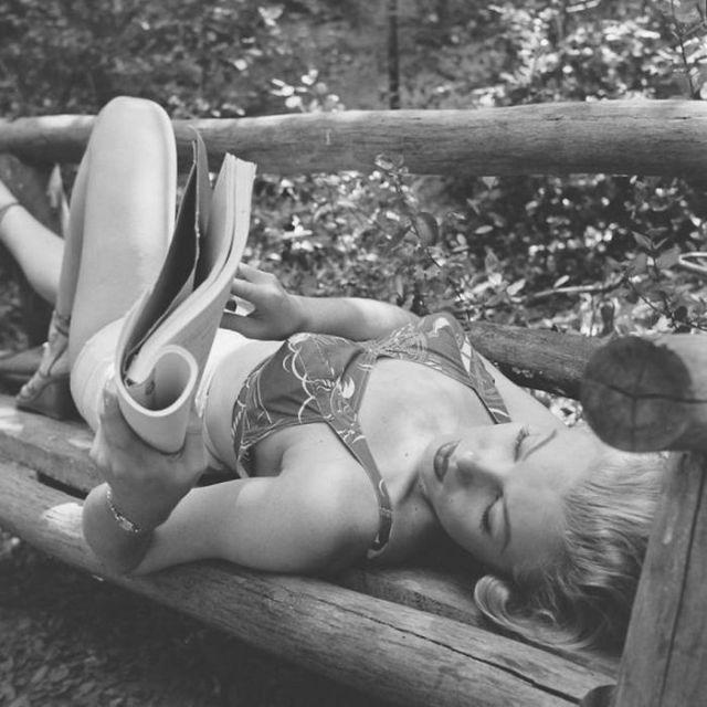 Мэрилин Монро читает журнал