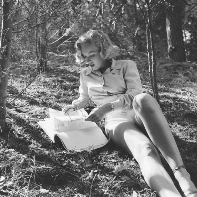 Мэрилин Монро лежит на траве