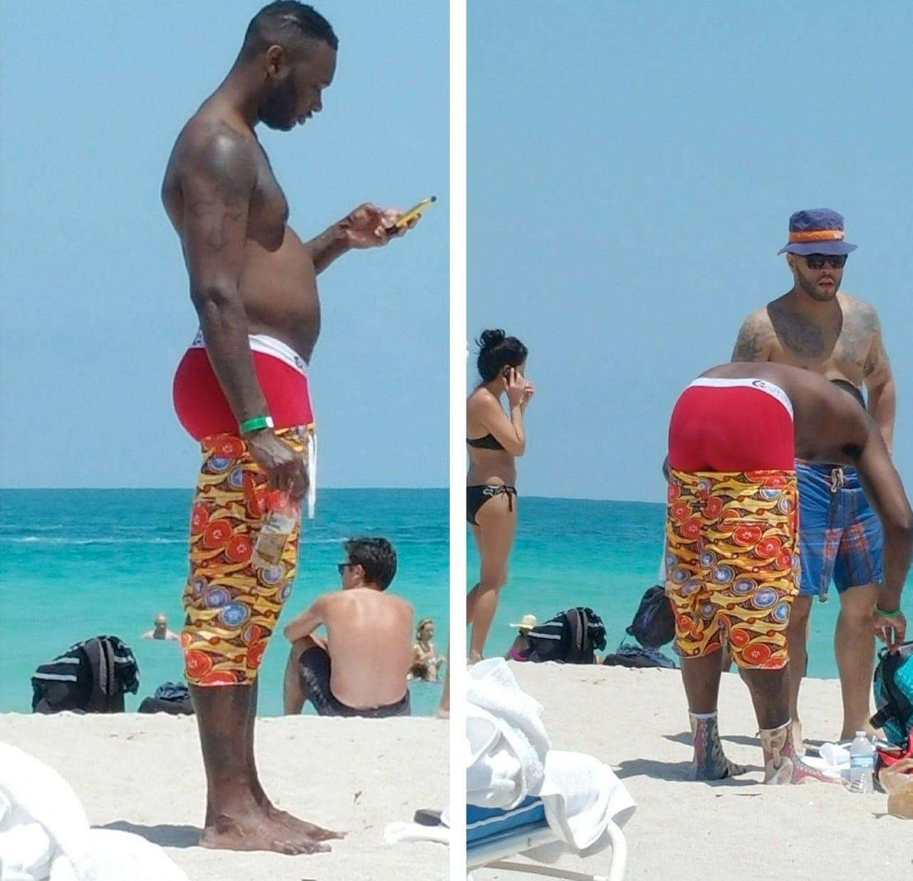 чернокожий парень на пляже