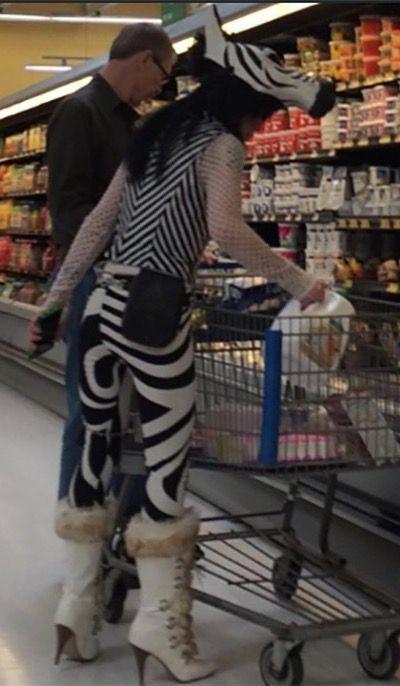 женщина в костюме зебры